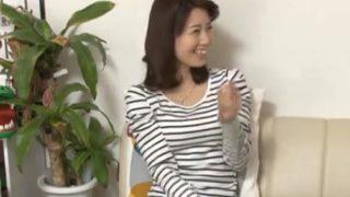 【熟女】イケメンが熟女を部屋に連れ込んでSEXに持ち込む様子を盗撮した動画。